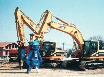 Serbien: Krupp HM-960 Abbruchhammer und Krupp CC-3000 Abbruchzange beim Wiederaufbau